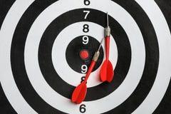 Bordo di dardo con le frecce di colore, vista superiore fotografie stock libere da diritti