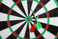 Bordo di dardo con le frecce di colore, vista superiore fotografie stock