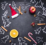 Bordo di gesso con le decorazioni di Natale, gli alberi di Natale, la caramella, le tazze e gli ingredienti dipinti per vin brulé Fotografia Stock Libera da Diritti