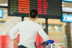 Bordo di informazioni dell'aeroporto del viaggiatore fotografia stock libera da diritti