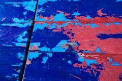 Bordo di legno afflitto ed astratto della pittura blu & rossa fotografia stock libera da diritti