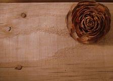 Bordo di legno alto vicino di struttura con Cedar Rose Immagini Stock Libere da Diritti