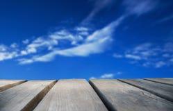 Bordo di legno con cielo blu come fondo Fotografia Stock