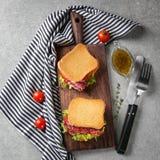 Bordo di legno con i panini deliziosi sulla tavola, Fotografia Stock Libera da Diritti