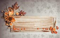 Bordo di legno con le decorazioni di autunno fotografie stock libere da diritti