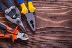 Bordo di legno d'annata con le pinze ed il cavo delle pinze Fotografia Stock Libera da Diritti