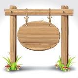 Bordo di legno del segno che appende con la corda su un'erba. Immagini Stock