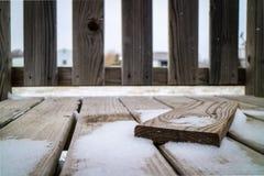 Bordo di legno e la doccia di neve Fotografie Stock Libere da Diritti