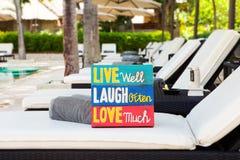 Bordo di legno Live Well Laugh Often Love di citazione motivazionale ispiratrice di vita molto su estate fotografia stock