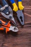Bordo di legno marrone d'annata con le pinze delle pinze e Fotografia Stock