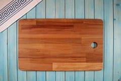 Bordo di legno per il taglio delle verdure fotografie stock