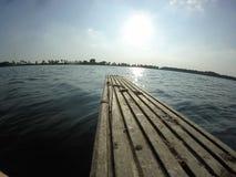 Bordo di legno sul lago Immagine Stock