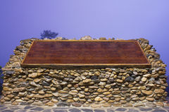 Bordo di legno sulla pietra Fotografia Stock