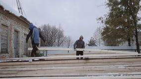 Bordo di legno di trasporto del caricatore all'iarda della fabbrica della segheria il giorno di inverno video d archivio