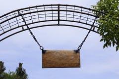 Bordo di legno vuoto reale sulle catene Fotografie Stock Libere da Diritti