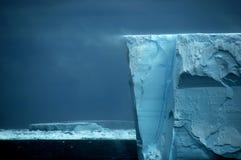Bordo di mensola del ghiaccio con la direzione della neve Fotografie Stock Libere da Diritti