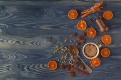 Bordo di natale Biscotti, spezie e decorazioni del pan di zenzero sopra Fotografia Stock