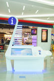 bordo di nformation con lo schermo LCD nell'aeroporto del Dubai Immagine Stock