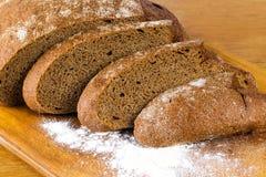 Bordo di pane tagliato della segale Immagine Stock