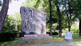 Bordo di pietra vicino al monumento ai cittadini ed ai prigionieri di guerra sovietici dei soldati dell'esercito sovietico, Kiev, archivi video