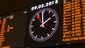 Bordo di programmazione alla stazione ferroviaria di estremità stock footage