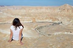 Bordo di seduta della montagna del deserto della donna Immagini Stock
