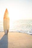 bordo di spuma che sta sulla sabbia immagine stock