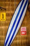 Bordo di spuma contro la parete di bambù Fotografia Stock Libera da Diritti