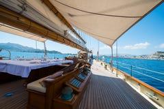 A bordo di un yacht sul mare ionico immagine stock