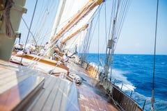 A bordo di un yacht sul mare ionico fotografie stock
