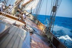 A bordo di un yacht sul mare ionico immagini stock