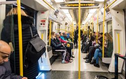 A bordo di una linea treno di città e di Hammersmith su Londra sotterranea Fotografie Stock