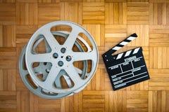 Bordo di valvola di film e bobina di film sul pavimento di legno Fotografia Stock