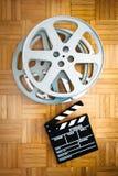 Bordo di valvola di film e bobina di film sul pavimento di legno Fotografia Stock Libera da Diritti