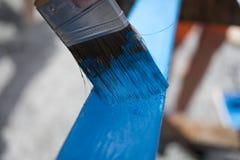 Bordo di verniciatura con pittura blu fotografie stock libere da diritti
