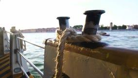Bordo do navio industrial com corda da amarração, transporte da carga, excursão marinha vídeos de arquivo