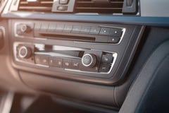 A bordo do painel superior do carro condicionamento de ar, um jogador do carro do negócio foto de stock