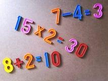 Bordo elementare variopinto di per la matematica per i bambini d'istruzione Fotografia Stock