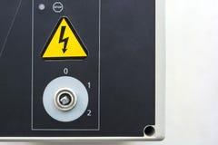 Bordo elettrico del primo piano con la manopola e la segnaletica di sicurezza Fotografia Stock Libera da Diritti