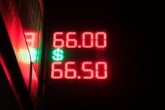 Bordo elettronico della via - tasso di cambio quotidiano Prezzi per valuta dei contanti nell'ufficio di scambio della banca Mosca fotografia stock