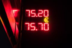 Bordo elettronico della via - tasso di cambio quotidiano Prezzi per valuta dei contanti nell'ufficio di scambio della banca Mosca immagini stock