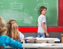 Bordo facente una pausa di Little Boy in aula Fotografie Stock Libere da Diritti