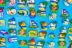 Bordo magnetico con i magneti del ricordo di Avana e dell'isola di largo di Cayo al mercato locale Fotografie Stock Libere da Diritti