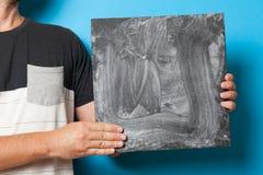 Bordo in mani, manifesto del segno dello spazio in bianco del tabellone per le affissioni di affari Fondo della lavagna della scu fotografia stock libera da diritti