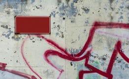 Bordo rosso sulla parete sfaldata bianca immagini stock libere da diritti