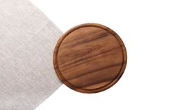 Bordo rotondo della pizza di taglio di Brown per i piatti di festa sul tovagliolo di tela grigio isolato su bianco Vista superior Fotografia Stock Libera da Diritti