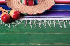 Bordo superiore del sombrero del Messico di maracas di festa del confine di legno messicano del fondo immagini stock libere da diritti