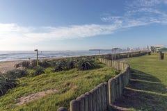 Bordo vuoto di Gass fronte mare contro l'orizzonte della città Fotografia Stock Libera da Diritti