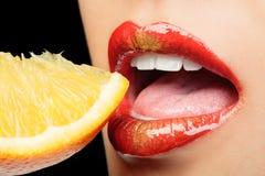 Bordos coloridos que comem o limão Imagens de Stock Royalty Free