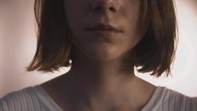 Bordos da mulher que tímida nova lentamente se está movendo e sorriso após o movimento liso vídeos de arquivo